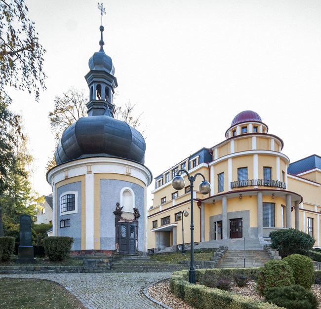 Úpice, kaple sv. Michala a Divadlo Aloise Jiráska